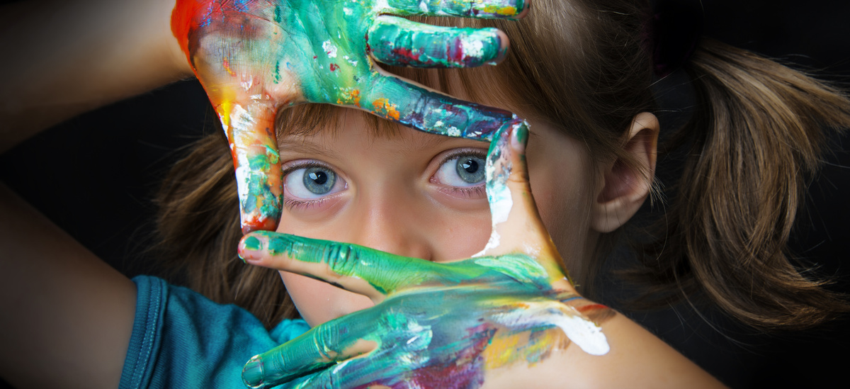 little girl and water colors © Vera Kuttelvaserova, fotolia.com